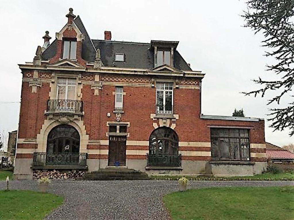 Chateau dans cadre verdoyant